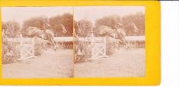 Vieille Photo Stereoscopique Vers 1870  Cheval En Train De Sauter Une Haie D Obstacle Avec Cavalier Equitation Col Prive - Stereoscopic