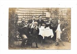 Carte Photo  : Entre  Hommes Devant Un Verre - Cartes Postales