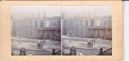 Vieille Photo Stereoscopique Pompiers En Tenue Du Feu Devant Les Decombres D Un Grand Incendie Vers 1920  Non Identifié - Stereoscopic