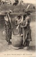 CAMEROUN  Jeunes Haussas Pilant Le Mil - Cameroon