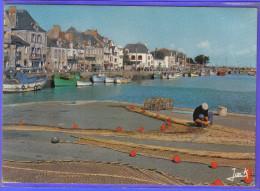 Carte Postale 44. Le Croisic  Remailleur De Filets  Casiers à Crustacés Trés  Beau Plan - Le Croisic