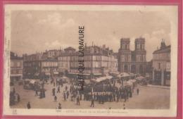 32 - AUCH--Place De La Mairie Et Cathedrale--marché  -animé - Auch