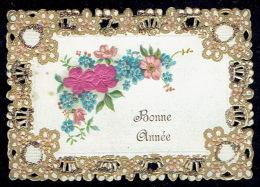 Chromo Dorée Jolie Carte De Voeux Gaufrée Ajourée Façon Canivet, Paillettes, Fleurs En Tissus, Pourtour Dentelé - Fleurs