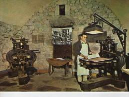 Métiers.. Impression à La Presse à Bras Sur Papier Fleuri Richard De Bas Musée Du Papier - Artisanat
