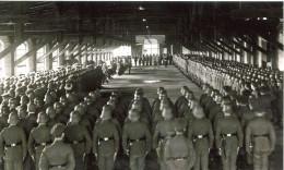 Militaria - Photo WW 2 Retirage -troupe En Revue Dans Hangar (399)grand Format - 1939-45