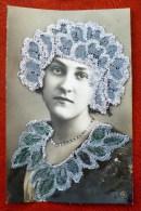 Photo ORPH Portrait Femme Catherine COL ET COIFFE CHEVEUX AJOUTIS Decoupis Collage DENTELLE VERITABLE PAILLETTES - Sint Catharina