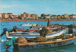 VENEZIA - Caorle - Spiaggia Di Levante Con Barche Da Pesca E Pescatore Che Riassetta Le Reti - Mestieri - Venezia (Venice)