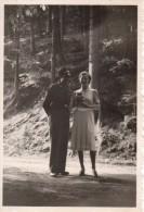 Photo Originale Guerre 39-45 - Portrait De Couple Allemand En Forêt - Femme Avec Appareil Photo - - Oorlog, Militair