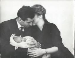 Tirage D´époque/Photo D'Agence/Annette STROYBERG Et Roger VADIM/Complicité Des Jeunes Parents.../1957-58   PHOTN111 - Famous People