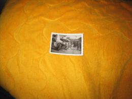 PETITE PHOTO ANCIENNE MILITAIRE DATE ?. / LIEU INCONNU ?. MONUMENT AU MORT / CANON CAMION. - Krieg, Militär