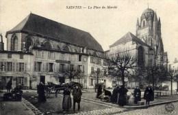 17 SAINTES  La Place Du Marché  Très Animée - Saintes