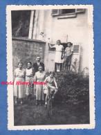 Photo Ancienne Snapshot - CHAPONVAL P. AUVERS Sur OISE - Portrait D'une Famille à Identifier - Fille Sur Vélo Girl Bike - Non Classificati