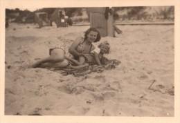 Photo Originale Plage Et Maillot De Bain - Mère Et Fille Allongées Dans Le Sable  - Vers 1940 - - Pin-Ups