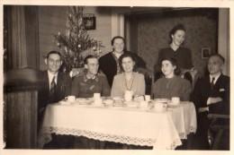 Photo Originale Noël - Ambiance Noël 1943 - Goûter En Famille - Thé - Tea Time - Soldat Allemand En Uniforme - Sapin - Guerre, Militaire