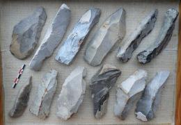12 LAMES En Silex. Néolithique. Spiennes (Belgique). - Archéologie