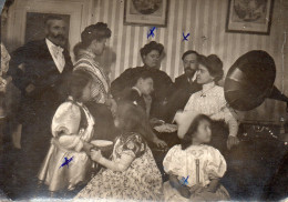REUNION FAMILIALE  Dans Le Salon   GRAMOPHONE   PHOTO SEPIA  8?5X11?5CM - Anonieme Personen