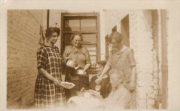 Photo Originale Femme - Tea Time Dans Le Patio Vers 1920 - 5 Femmes à L'heure Du Thé - - Lieux