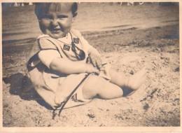 Photo Originale Bébé - Bébé Sur La Plage - Voir Légende - Mode Estivale Bébé - Personnes Identifiées