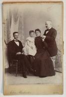 CARDBOARD FOTO CABINET FOTO DIMENSIONEN: 10.8x16.5cm PORTRÄT FAMILIE GRUPPENFOTO FASHION ANTON MARKREITER  WIEN - Anonymous Persons