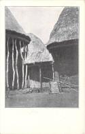 Afrique-CAMEROUN Intérieur D'un Village De Chef, Au Centre Sous Des Nattes L'autel Aux Divinités Du Pays *PRIX FIXE - Cameroun