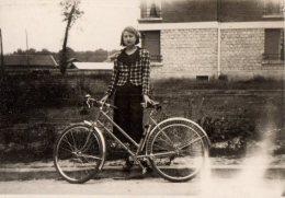 Photo Originale Femme - Femme  Et  Vélo - Bicyclette Le 28.05.1939 - Ballade - - Cyclisme