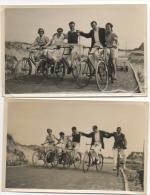 Foto/Photo. Vélo. Groupe De Cyclistes Dans Les Dunes. 1938. Mer Du Nord. A Situer. Lot De 2 Photos. - Wielrennen