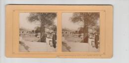PARIS - Sur Les Quais - Les Bouquinistes - Clichés Contrecollés Sur Support Carton - Photo Stéréoscopique - 9 X 17,5 Cm - Stereoscopio