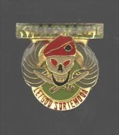 PINS PIN'S MILITAIRE ARMEE SOLDAT FUSIL TETE DE MORT KILLMALL LETGOD SORTEMODA - Militari