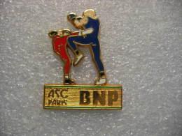 Pin´s BALLARD Doré à L´or Fin: ASC (Amicale Sportive Et Culturelle) BNP Paribas. Activité Boxe - Bancos