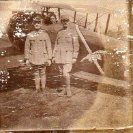 Photo  Soldat Francais  Devant Un Avion Avec Un Oiseau Comme Insigne (4.5*5cm) - 1914-18