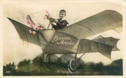 Belle     Carte      - Enfants  En Avion   ,Bonne Année                    Ah990 - Scene & Paesaggi