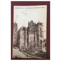 Rodez  La Cathédrale Et Le Monument Aux Morts - Rodez