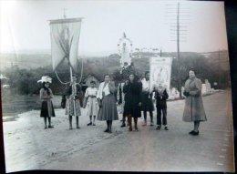 PORTUGAL COUTUMES PROCESSION VERS FATIMA  ORIFLAMMES ET BANNIERES VERS 1950 - Fotos