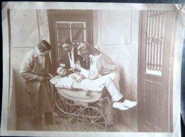 MEDECINE BIZUTAGE SURREALISME SCENE DE CARABINS SOIGNANT UN ENORME BEBE - Photos
