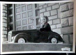 JOUET AUTOMOBILE ENFANT SUR UNE VOITURE  A PEDALE - Fotos