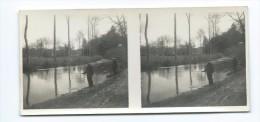 PHOTO STEREOSCOPIQUE 12,5 X 6 Cm Années 1930.. PECHEURS à La LIGNE Dans Le COLMONT à LA HAIE TRAVERSAINE ( Mayenne 53) - Photos Stéréoscopiques
