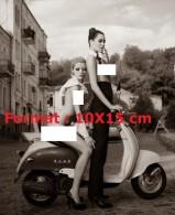 Reproduction D'une Photographie De Deux Jeunes Femmes Très Dévêtues Sur Une Scooter - Reproductions