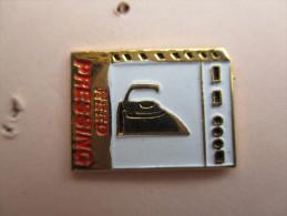 Pins Fer à Repasser , Need Pressing - Matériel