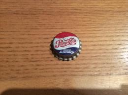 "Ancienne Capsule de soda (rare) ""Pepsi-Cola - GEBRUDER RHODIUS ... BURGBROHL KOFFEINHALTIG"" Allemagne (int�rieur li�ge)"