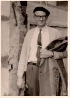 Photo Originale Homme - Homme Au Béret Et à L'imperméable Sous Le Bras - Cravate Et Pince De Rigueur - - Personnes Identifiées