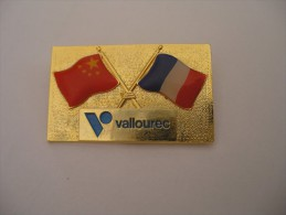 Broche Vallourec Drapeaux France Chine (ce N'est Pas Un Pin's) - Marques