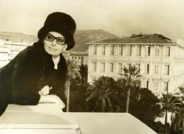 Actrice Sophia Loren Au Balcon De Son Hotel A Nice Ancienne Photo De Presse 1965 - Famous People