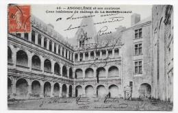 LA ROCHEFOUCAULD  - N° 45 - COUR INTERIEUR DU CHATEAU AVEC PERSONNAGE - CPA VOYAGEE - Autres Communes
