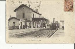 Les Bordes--36    La Gare Interieure Avec Train Arrivant En Gare Et Les Quais Bien Animés - Francia