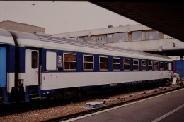 Photo Diapo Diapositive Train Locomotive Wagon Voiture Couchettes De 2ème Classe à Paris Bercy Le 20/04/2000 VOIR ZOOM - Diapositives