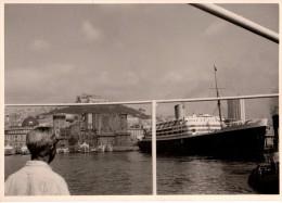 Photo Originale Navire - Paquebot De Croisière Au Port Avec Ville En Arrière Plan - - Boats