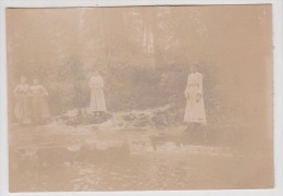Femme - 4 Femmes Au Bord D'une Rivière  - Photo Format: 11.1 X 7.7 Cm - Personnes Anonymes
