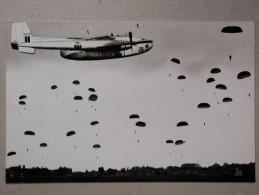 Armée Belge, Belgisch Leger, En Vol Et Parachutage, In Vlucht En Dropping - Manoeuvres
