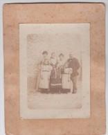 Photo - Une Belle Famille, Femmes, Homme Et Fillettes - Personnes Anonymes