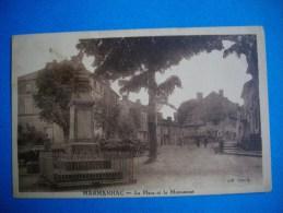 MARMANHAC  -  15  -  La Place Et Le Monument  -  Cantal - Frankrijk